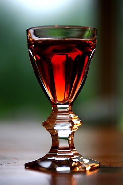 Sklenka s portským vínem