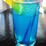 Okuste tropický koktejl Blue Lagoon. Pronikavě modrý a pronikavě osvěžující.