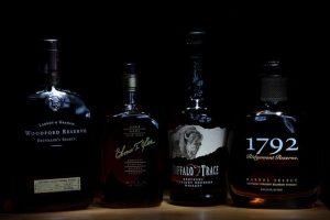 Láhve kvalitního bourbonu
