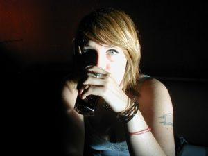Některé e-shopy stále prodávají alkohol mladistvým