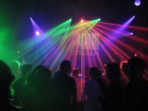 Alkohol a energetické nápoje v klubech pro mladé