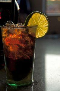 Sklenka koktejlu Cuba Libre