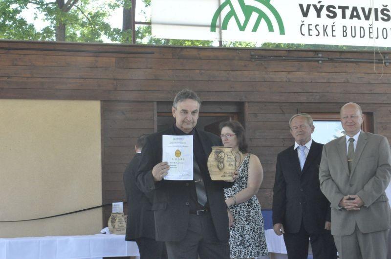 Petr Hauskrecht, vrchní sládek a ředitel pivovaru Krušovice, přebírá ocenění