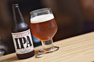 Sklenice a láhev piva typu IPA