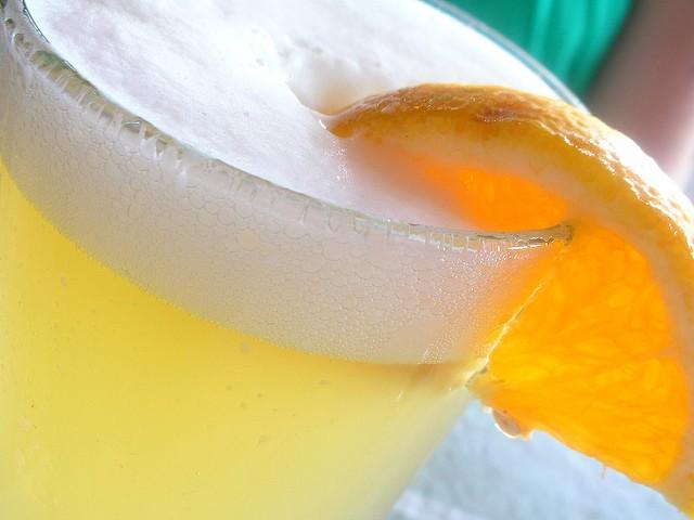 Hoegaarden podávaný s plátkem pomeranče na osvěžení