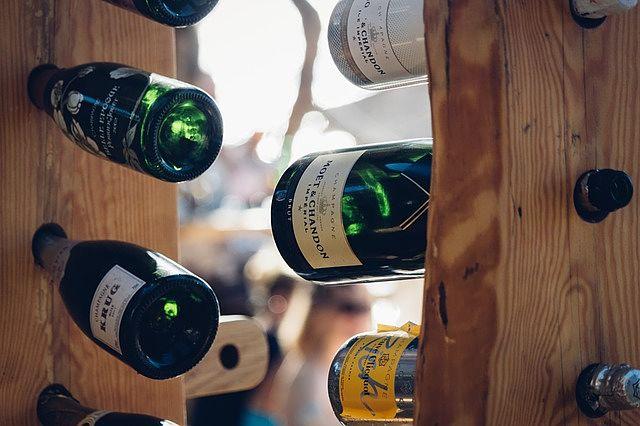 Netradiční stojan na víno