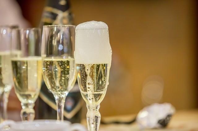 Typická sklenice na šumivé víno, šampaňské, prosecco